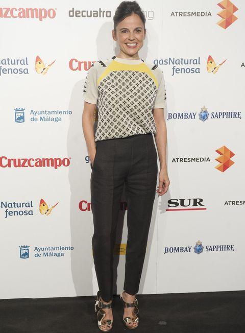 <p>Nos gustó el look de <strong>Delpozo&nbsp;</strong>que lució&nbsp;<strong>Elena Anaya</strong> con blusa estampada de manga corta en crudo, negro y amarillo combinada con pantalones negros y sandalias metalizadas.</p>