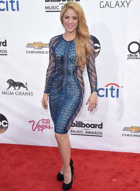 <p><strong>Shakira</strong> apostó por un ajustado minivestido de manga larga en azul con detalles de malla y transparencias de <strong>Julien Macdonald Otoño 2014</strong>&nbsp&#x3B;combinado con unos pumps negros.</p>