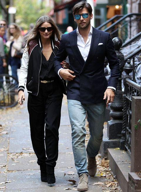 <p>Todo un derroche de estilo este street style de <strong>Olivia Palermo</strong> con mono negro, beisbolera, botines también negros y cinturón dorado.</p>