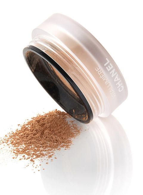 <p>El efecto empolvado arrasa. El make-up compacto o suelto te librará de los brillos. </p><p><strong>Chanel</strong> 'Fond de Teint Pudre Libre' (c.p.v).</p>