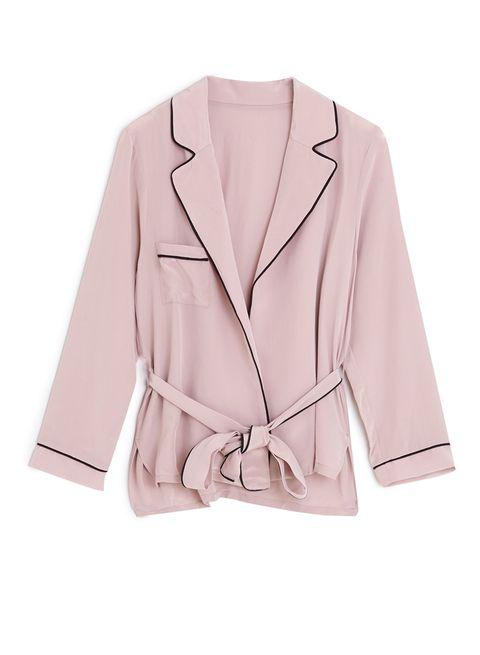 <p>Esta chaqueta de pijama de <strong>Oysho</strong> rosa es perfecta para un look casual chic.</p>