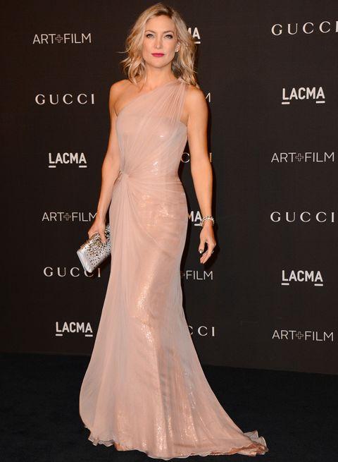 <p>Espectacular <strong>Kate Hudson</strong> con un vestido asimétrico nude con detalles satinados y combinado con un clutch plata. </p>