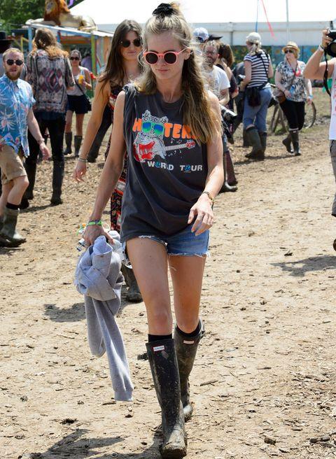 <p><strong>Cressida Bonas</strong> es fiel a este festival y acude con un look muy propio a base de shorts denim, camiseta sin mangas rockera, botas Hunter y gafas de sol flúor.&nbsp;</p>
