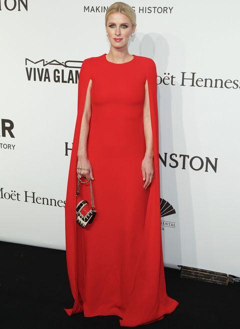 <p><strong>Nicky Hilton</strong> fue nuestra favorita con este vestido capa en rojo combinado con un bolso tricolor. Perfecta también su elección en cuanto a joyas, peinado y maquillaje. &nbsp;</p>