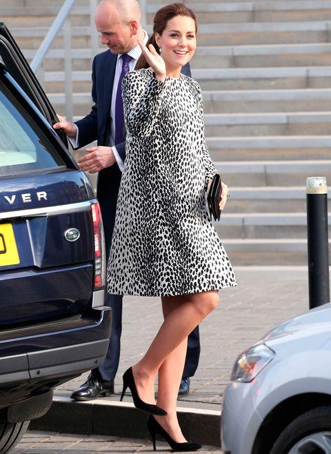 <p>Este vestido de animal print en blanco y negro de <strong>Hobbs</strong> ya lo lució durante su primer embarazo. Al igual que la reina Letizia, Kate no tiene miedo a repetir.</p>