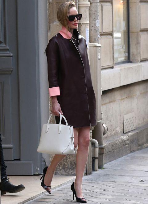 <p><strong>Kate Bosworth</strong> nos conquista con este look en París con abrigo de piel bicolor en marrón y remates en los puños y el cuello en rosa pastel. Fichamos también sus salones estampados y su bolso de mano en blanco.</p>