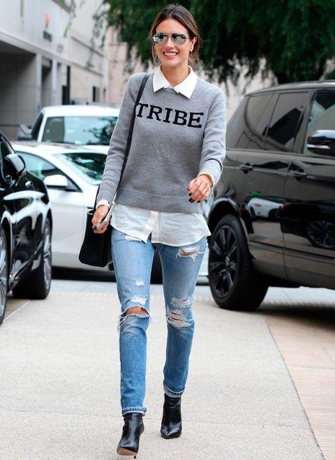 <p>Tomamos nota del look de día de<strong> Alessandra Ambrosio</strong> con jersey gris con mensaje, camisa básica, jeans rotos, botines negros y bolso a juego.</p>