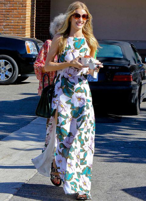 <p>Otra modelo que se apunta a esta tendencia es <strong>Rosie Huntington-Whiteley</strong>, que lo hace con este vestido halter con flores. Nos llama la atención su combinación con unos 'ugly shoes'.</p>