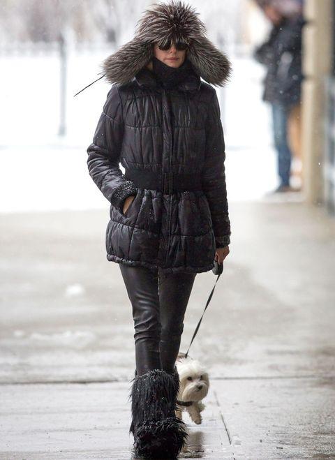 <p>Casi no reconocemos a<strong>Olivia Palermo</strong> con este look tan abrigado con plumas negro, pantalones de piel y botas más sombrero de pelo.</p>