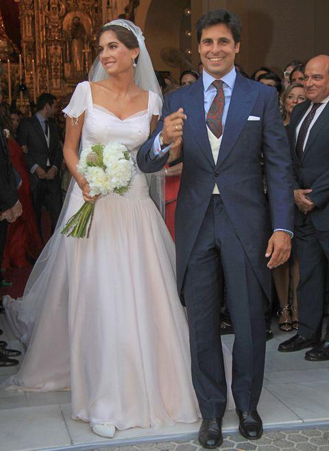 <p>Una de las bodas más esperadas de este verano era la de<strong>Lourdes Montes y Francisco Rivera</strong>. La novia llevaba un vestido diseñado por ella misma de su firma<strong> Analinen</strong>, un diseño de aire romántico y vintage.</p>