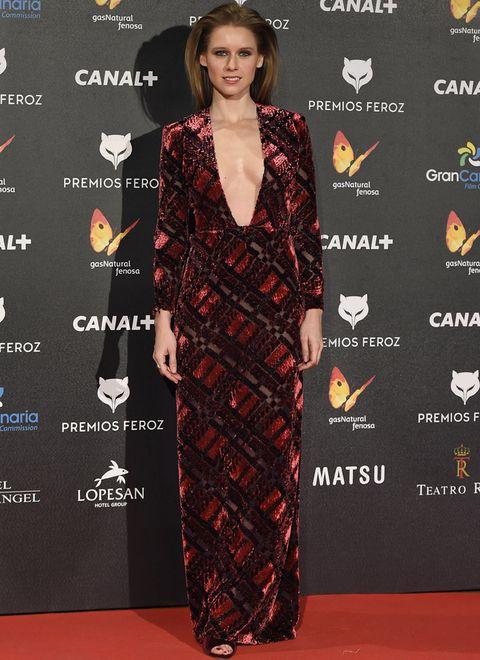 <p>La más sexy de la noche fue sin duda <strong>Manuela Vellés</strong>&nbsp;con este escotado vestido de terciopelo rojo de <strong>Pedro del Hierro</strong>.</p>