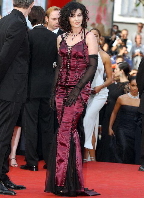 <p>Como todas las celebrities, Monica también tiene un pasado sobre la alfombra roja. En 2003 la veíamos con este look gótico en el Festival de Cannes.&nbsp;</p>