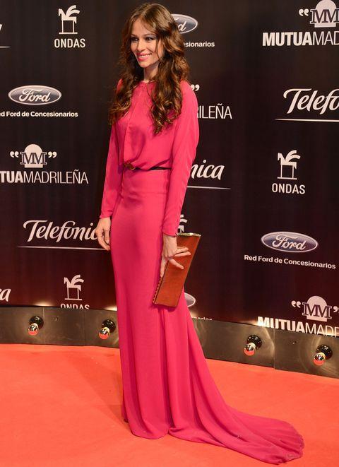 <p>Sin palabras nos dejó en la entrega de los Premios Ondas con este vestido rosa de estilo minimal con algo de cola y adornado con un cinturón negro. Completó el resto de su look con una cartera dorada y presumió de melena.</p>