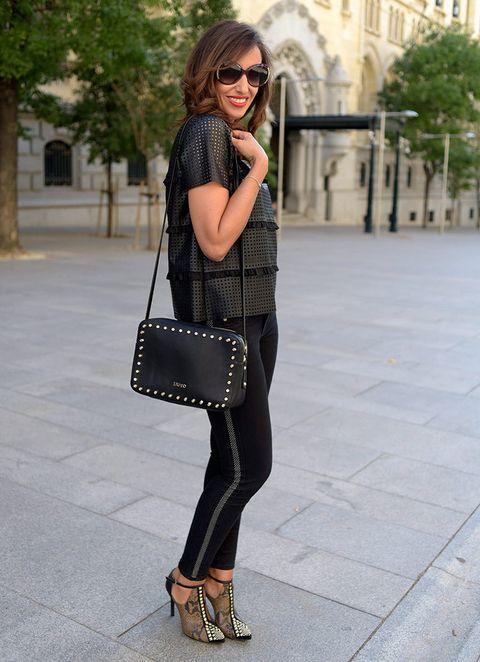 """<p>Fichamos de Silvia Rodríguez de '<a href=""""http://www.elblogdesilvia.com/"""" target=""""_blank"""">El Blog de Silvia</a>' con un 'total black' de estilo rockero muy femenino. ¡Nos encantaron sus sandalias!</p>"""