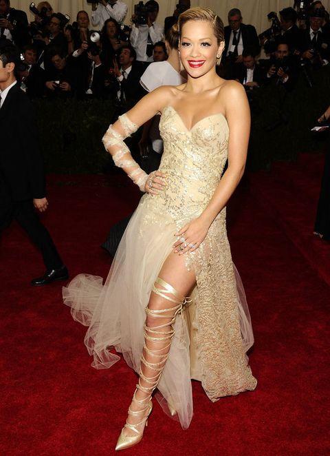 <p><strong>Rita Ora</strong> fue la chica de oro de con este vestido bordado con detalles de strass y tul en la falda de <strong>Donna Karan Atelier</strong>. Como accesorios sus joyas de <strong>Lorraine Schwartz</strong> se salvan, pero no ocurre lo mismo con los salones atados por toda la pierna.</p>