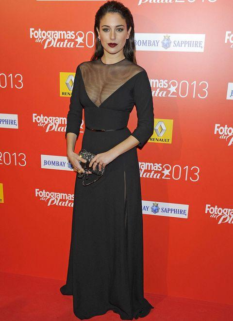 <p><strong>Blanca Suárez</strong> escogió un sensual outfit en negro con un escotado vestido con transparencias, cinturón metalizado y clutch joya. Para su look de belleza se atrevió con un peinado efecto wet y labios burgundy.</p>