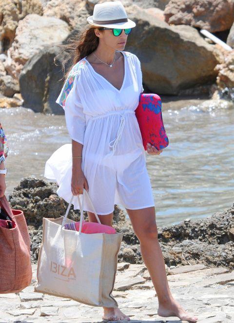 <p>Sus looks de estas vacaciones han dado para mucho. Esta vez pillamos a <strong>Paula Echevarría</strong> con un look de playa compuesto por un minivestido blanco con bordado étnico en las mangas, sombrero y gafas de espejo.</p>