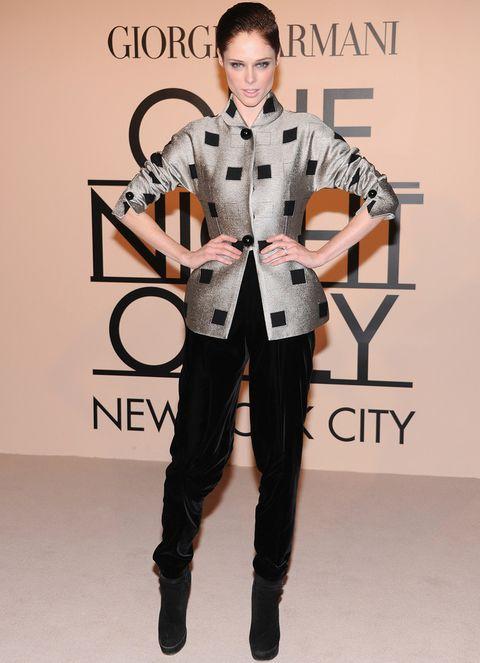 <p>Muy similar fue el look de la modelo <strong>Coco Rocha</strong> con pantalones de terciopelo, chaqueta gris con print de cuadros en negro y botines.</p>