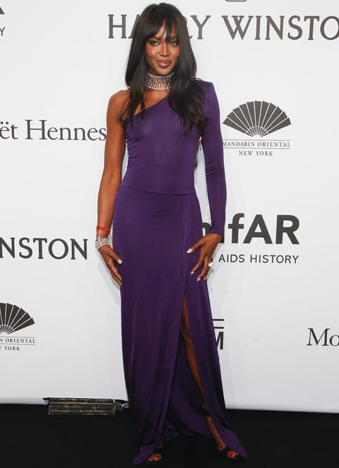 <p><strong>Naomi Campbell</strong> optó por un modelo asimétrico en morado con abertura en la falda, sandalias al tobillo negras y espectaculares joyas.&nbsp;</p>