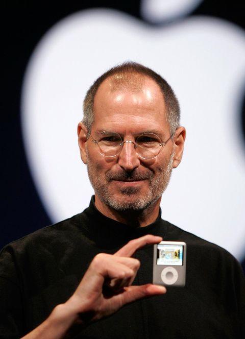 <p>Uno de los casos más conocidos, el de <strong>Steve Jobs</strong> y su famoso y característico jersey negro de cuello alto siempre combinado con vaqueros.</p>