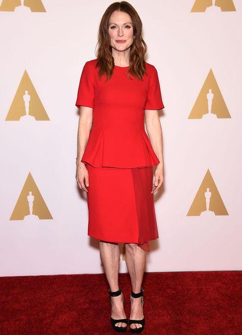 <p>De rojo con un conjunto de top peplum y falda con detalle de gasa de <strong>Prabal Gurung</strong>, <strong>Julianne Moore</strong> completó el look con unas sandalias negras al tobillo.</p>