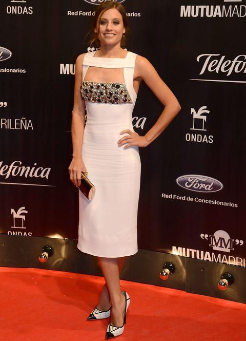 <p><strong>Michelle Jenner</strong> triunfó en los Premios Ondas no sólo porque recibiera el galardón como mejor intérprete femenina, sino también por su look. La actriz deslumbró con un vestido midi en blanco con original escote y detalle joya de <strong>Burberry</strong>, salones black &amp&#x3B; white de<strong>&nbsp&#x3B;Jimmy Choo</strong> y clutch gold. Su recogido informal además de favorecerla permitía apreciar mejor los detalles de su vestido.&nbsp&#x3B;</p>
