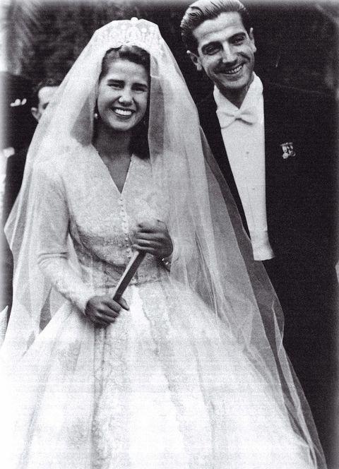 <p>En su primera boda con Luis Martínez de Irujo, hijo del duque de Sotomayor, el 12 de octubre de 1947 en la Catedral de Sevilla.&nbsp;</p>