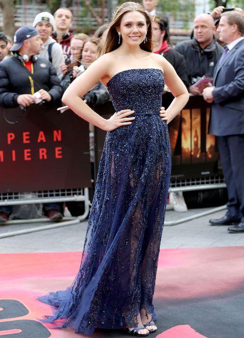 <p>Radiante y muy chic con este vestido palabra de honor en azul noche con detalles de strass y transparencias de<strong> Elie Saab Couture colección Otoño 2013</strong>&nbsp;y sandalias del mismo color en la premiere de Londres.</p>