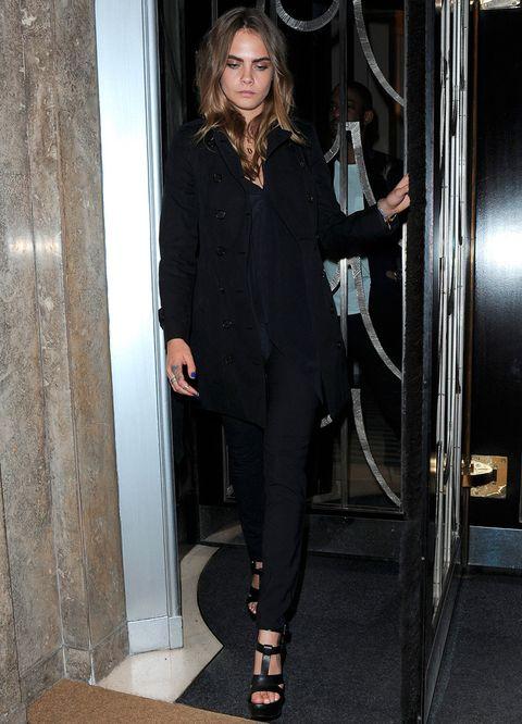 <p>Con un 'total black look' y desafiando el frío de Londres con sandalias. Este es el último outfit de Cara Delevingne en la London Fashion Week.&nbsp;</p>