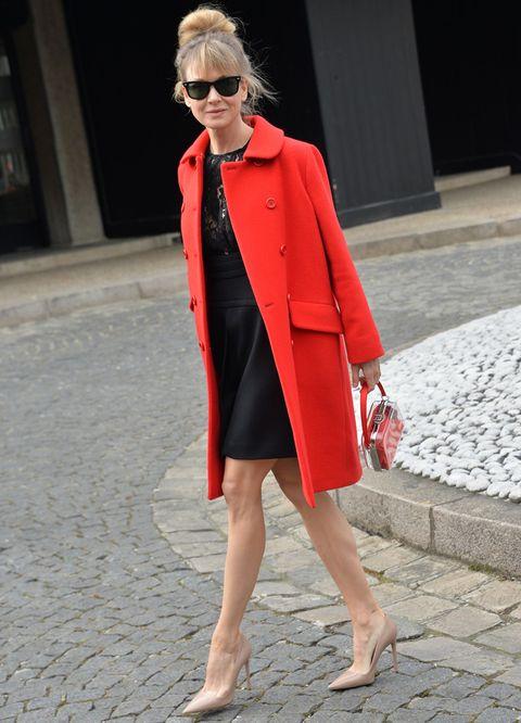 <p><strong>Renee Zellweger</strong> no se perdió el desfile de <strong>Miu Miu</strong> y acudió con un elegante outfit con LBD, abrigo rojo, salones nude y un original bolso.&nbsp;</p>