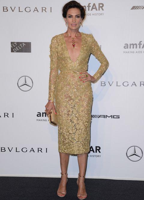 <p><strong>Nieves Álvarez</strong> deslumbró en la gala amfAR de la Semana de la Moda de Milán y se ha convertido en la mejor de estos siete días con este vestido joya en dorado con transparencias de<strong> Elie Saab Couture</strong>. Para sus accesorios, del mismo color, eligió unas sandalias de <strong>Dsquared2</strong>, un clutch de <strong>Bulgari</strong> y joyas de la misma firma.&nbsp;</p>