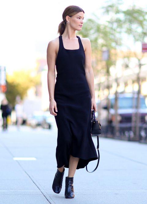 <p>Una silueta en negro, una sencilla coleta y botines, no hace falta mucho más para destacar la elegancia de&nbsp;<strong>Hanneli Mustaparta.</strong></p>