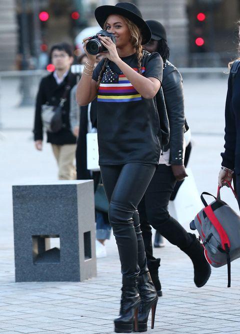 <p>Para un día de turismo en París <strong>Beyoncé</strong> no olvida la cámara de fotos ni su sombrero negro, a juego con el resto del estilismo.&nbsp;</p>