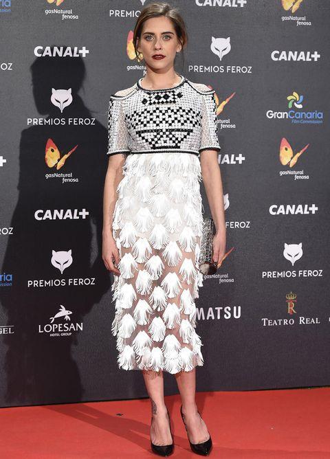 <p><strong>María León</strong> acierta con su original apuesta por este vestido midi en black &amp; white de <strong>Alfredo Villalba</strong>. Tanto sus salones negros como su clutch joya son de&nbsp;<strong>Jimmy Choo.</strong></p>