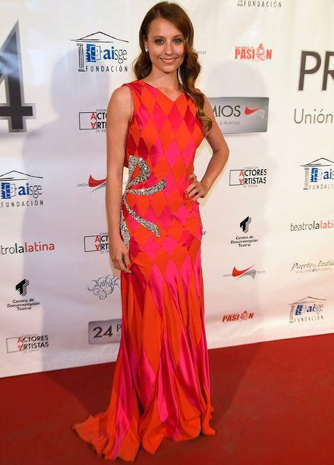<p><strong>Michelle Jenner</strong> lució un vestido largo de seda con estampado arlequín y detalle de lazo bordado en cristales de <strong>Schiaparelli&nbsp;Haute Couture</strong>.</p>