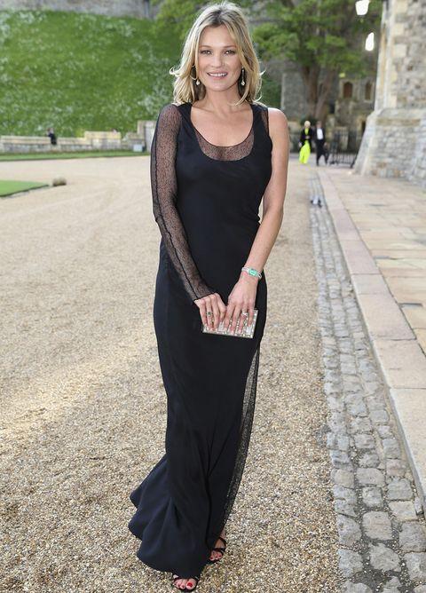 <p><strong>Kate Moss</strong> confió en un vestido negro de tirantes con detalle de gasa asimétrico en una manga y en el lateral de la falda. Para sus accesorios eligió una sandalias del mismo color que el vestido y un clutch joya.</p>