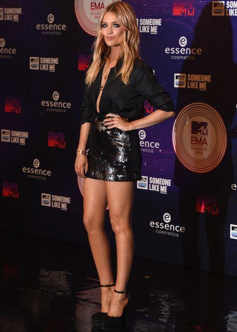 <p>La presentadora de MTV<strong> Laura Whitmore</strong> muy sexy con un total black look con camisa, falda de paillettes y pumps al tobillo.</p>