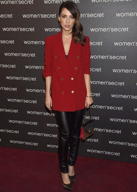 <p><strong>Leticia Dolera</strong> combinó rojo y negro con unos pantalones pitillo y un blazer. Completó el outfit con unos salones de animal print y un bolso tricolor.</p>