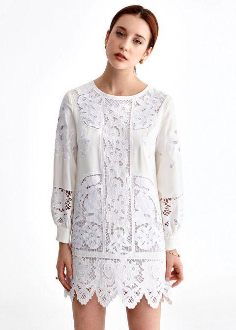 <p>Vestido troquelado blanco de manga larga. Cuesta 160 €.</p>