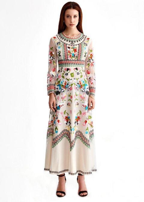 <p>Éste es el vestido de Paula, de tul, con cuello redondo de manga larga con bordado de flores. Cuesta 189 €.</p>