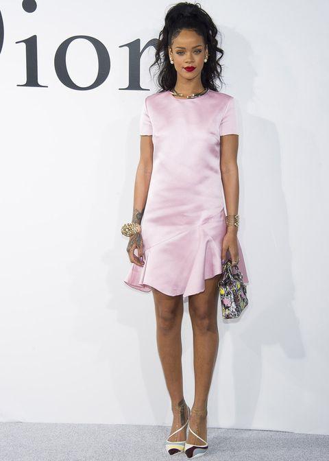<p>Nos sorprendió para bien <strong>Rihanna</strong> con este estilismo tan soft a base de minivestido en rosa palo con volante en la falda y accesorios con mix de color.</p>
