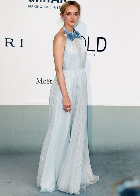 <p>La actriz deslumbrócon un maravilloso diseño de <strong>Honor</strong> del otoño 2014, elaborado en delicada gasa y seda azul pastel con flores de cristal bordadas en el cuello.</p>