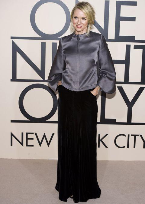 <p><strong>Naomi Watts</strong> dio un toque de gris a su look con una blusa de seda y la combinó con una falda larga de terciopelo. Perfecto el toque informal de su recogido semidespeinado.</p>