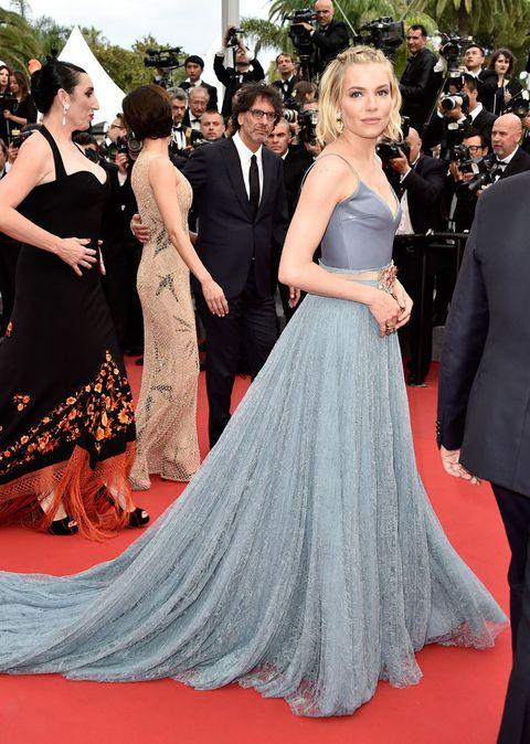 <p><strong>Sienna Miller</strong> escoge el azul para el último día del festival del cine. Un vestido de cuerpo satinado con tirantes finos y falda evasé vaporosa de <strong>Gucci</strong> es su elección.&nbsp&#x3B;</p>