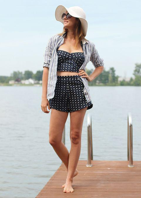 <p>Para dar un paseo, opta por un estilo pin up con crop tee, shorts altos, camisa y pamela.</p>