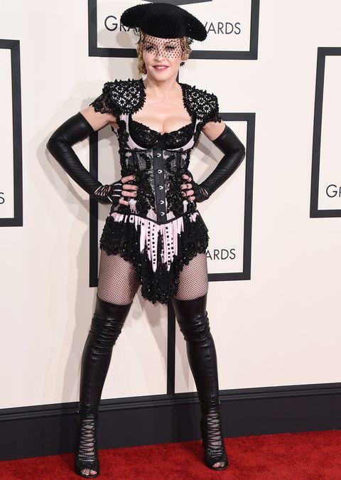 <p>En los Grammy siempre tiene que haber alguien que dé la nota, y como no podía ser de otra manera en 2015 fue el turno de <strong>Madonna</strong> y su look torero de <strong>Givenchy</strong>.&nbsp;</p>