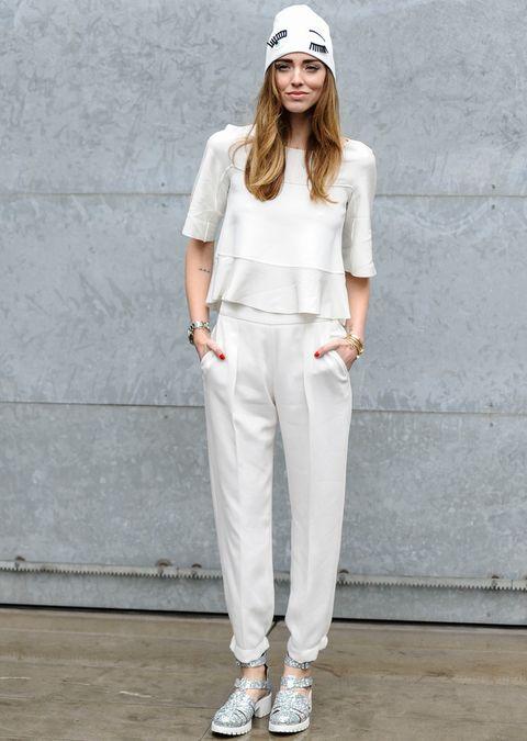 <p>Muy llamativa<strong>&nbsp;Chiara Ferragni</strong> con un look en blanco en el que destacan sus accesorios: unos zapatos glittler y un gorro de lana con ojos.</p>