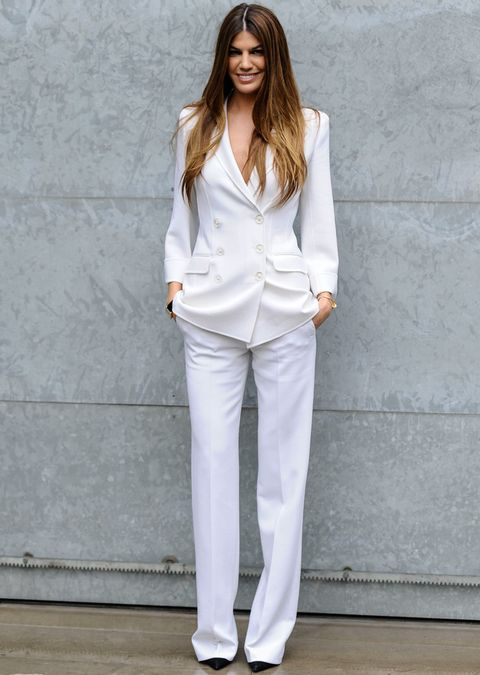 <p>Bianca Brandolini firma este look con un traje blanco y zapatos negros para el desfile de Giorgio Armani.</p>