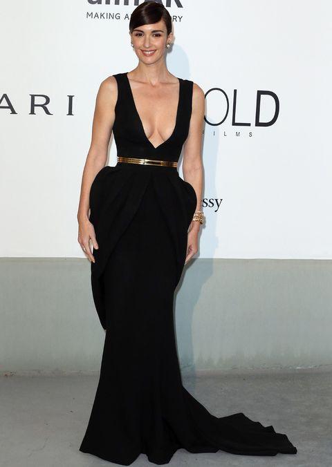 <p>Todo una diva<strong>Paz Vega</strong> en la Gala de Cine amfAR contra el Sida 2014con este vestido negro de escote en uve, volumen en las caderas, cinturón dorado y algo de colar de <strong>Fitriani Couture</strong>. Las joyas de <strong>Bulgari</strong> y un recogido muy elegante pusieron el broche de oro.</p>