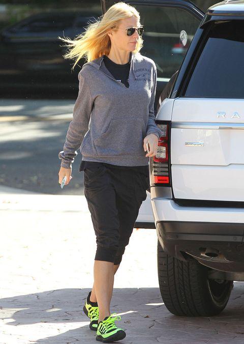 <p>Tomamos nota del look deportivo de <strong>Gwyneth Paltrow</strong> con sudadera gris, pantalones baggy en negro y un toque flúor en las zapatillas.</p>
